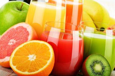 Póster Vasos de jugo de frutas variadas. Dieta de desintoxicación