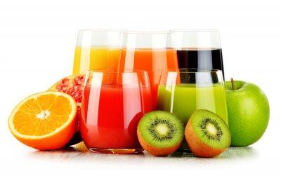 Póster Vasos de jugos de frutas surtidos aislados en blanco. Dieta de desintoxicación