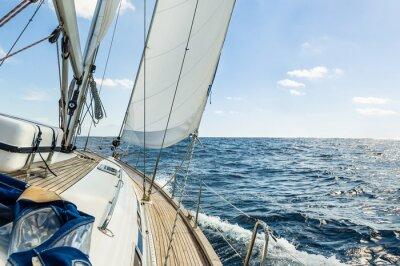 Póster Vela del yate en el océano Atlántico en el día soleado de crucero