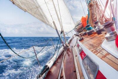 Póster Velero navega sobre las olas