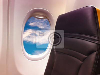 Ventana de avión con vista sobre un hermoso cielo