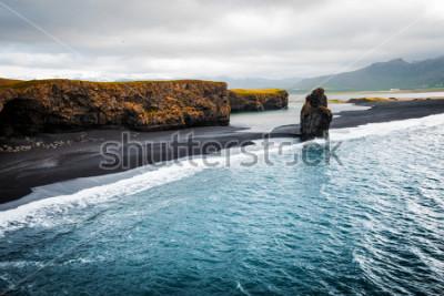 Póster Ver en la playa de Kirkjufjara y el acantilado Arnardrangur. Ubicación valle de Myrdal, Océano Atlántico cerca del pueblo de Vik, Islandia, Europa. Imagen escénica del increíble paisaje de la naturale