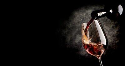 Póster Verter el vino en negro