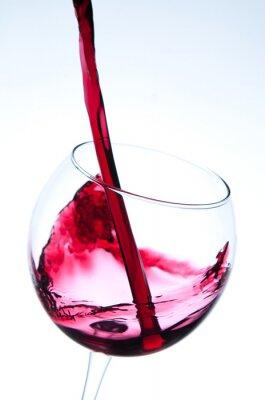 Póster Verter el vino tinto en copa de vino