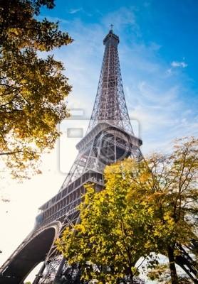 Vertical orientada imagen famosa Torre Eiffel en París, Francia.