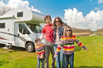 Viaje de la familia de vacaciones en el camping. Viajar en autocaravana (RV)
