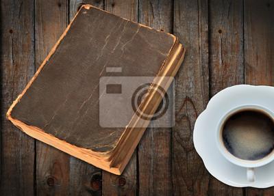 viejo libro y una taza de café