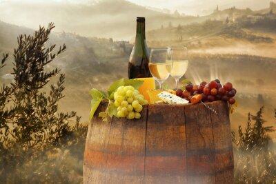 Póster Vino blanco con barril en viñedo en Chianti, Toscana, Italia