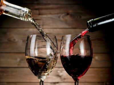 Póster Vino blanco rojo y verter sobre fondo de madera