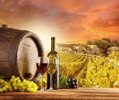 Póster Vino la naturaleza muerta con viñedo en backgorund