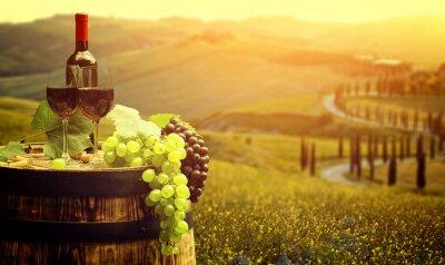 Póster Vino rojo con el barril en la viña en verde Toscana, Italia