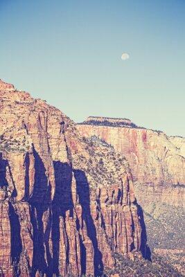Póster Vintage entonó la luna sobre las montañas en el Parque Nacional Zion, EE.UU.