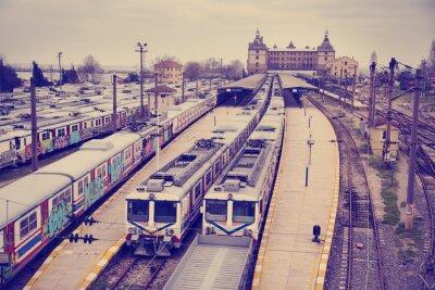 Póster Vintage vista de la estación de tren Hardarpasa con no utilizados viejos trenes de graffiti en la línea en desuso en Estambul