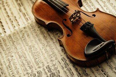 Póster violín viejo y raro en una hoja de notas
