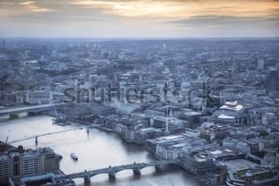 Póster Vista aérea de la ciudad de Londres al atardecer. Con el río Támesis, la catedral de San Pablo y el distrito financiero en primer plano.
