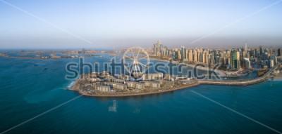 Póster Vista aérea panorámica de la noria en la isla Bluewaters en Dubai, Emiratos Árabes Unidos