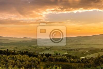 Vista de noche en el campo de la Toscana desde Volterra en Italia