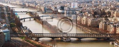 Vista desde el puente de la torre Eiffel Bir-Hakein y los islotes en el ri