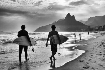 Póster Vista escénica en blanco y negro de Río de Janeiro, Brasil, con surfistas brasileños caminando a lo largo de la costa de la playa de Ipanema