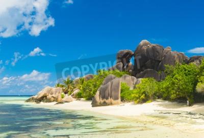 Póster Vista famosa en rocas de granito muy bien formados y una arena blanca perfecta en la famosa playa de Anse Source d'Argent, la isla de La Digue, Seychelles