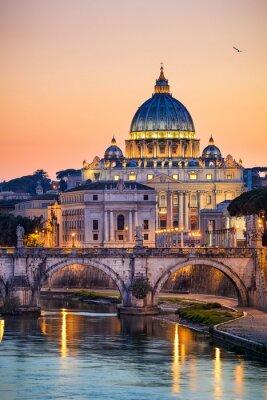 Póster Vista nocturna de la Basílica de San Pedro en Roma, Italia