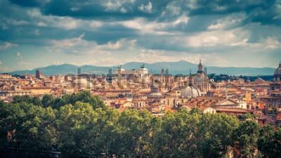 Póster Vista panorámica aérea de roma, italia. Paisaje urbano de la antigua Roma en un día soleado. Horizonte de Roma en verano. Panorama escénico hermoso de Roma desde arriba. La foto pintoresca de la vendi