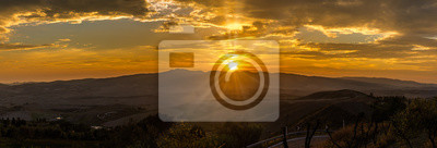 Vista panorámica de la puesta de sol sobre el campo de la Toscana desde Volterra en Italia