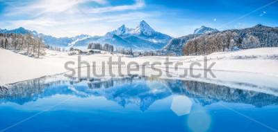 Póster Vista panorámica del paisaje de país de las maravillas de invierno hermoso en los Alpes con cumbres nevadas de montaña que se reflejan en el lago cristalino de la montaña en un día frío y soleado con