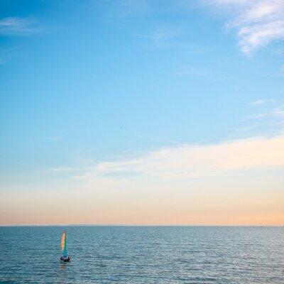 voilier coloré sur la mer