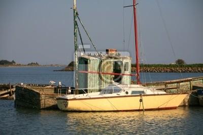 voilier et epave de bateau