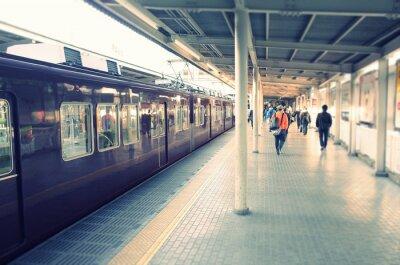 Póster 駅 の ホ ー ム と 通勤 す る ビ ジ ネ ス マ ン