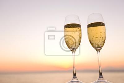 夕暮れ の 空 と シャンパン グラス