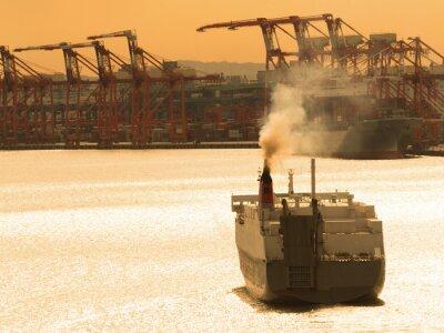 出航 す る 貨物 船