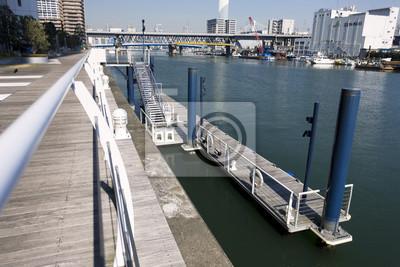 浮 き 桟 橋