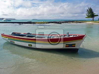 Cap Malheureux, pueblo al norte de la isla Maurice, océano Indien. Un barco color en el bosque está amarrado en una agua clara y transparente. Au segundo plan, eau turquoise, ciel bleu y nuages blan