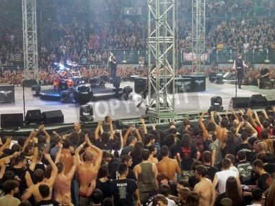 Póster Concierto de la banda â € œMetallicaâ €, Roma, 24 de junio de 2009. Personas cerca de la etapa.