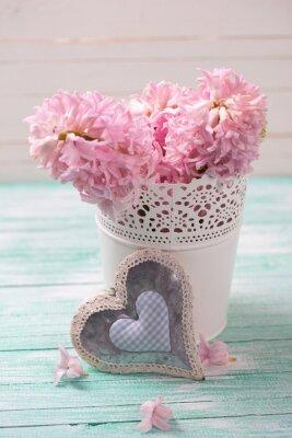 Póster Flores frescas de jacintos rosados en el cubo y el corazón decorativo en