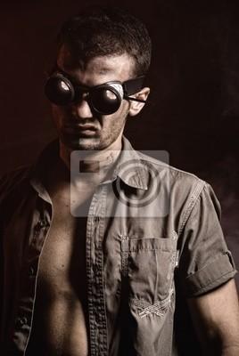 Hombre en las gafas de soldadura en obscuridad © Anton Violin # 22194259