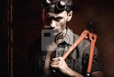Hombre fuerte con las tenazas © Anton Violin # 22194263