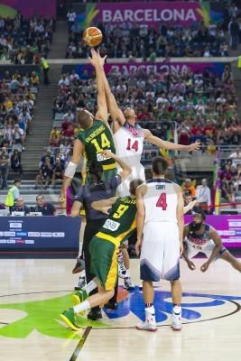 Póster Jonas Valanciunas y Anthony Davis en acción en el partido de baloncesto de la Copa Mundial de la FIBA entre EE.UU. Equipo y Lituania, el marcador final 96-68, el 11 de septiembre de 2014, en Barcelo