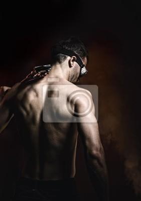 Masculino muscular con pinzas © Anton Violin # 22193860