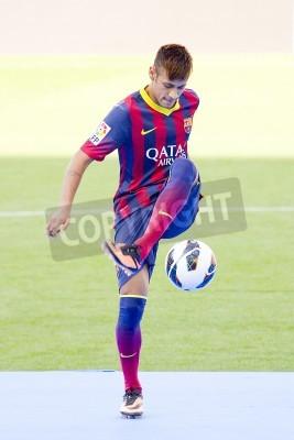 Póster Neymar Junior, un nuevo jugador del FC Barcelona, posa para los fotógrafos durante su presentación oficial en el estadio Camp Nou, el 3 de junio de 2013, en Barcelona, España