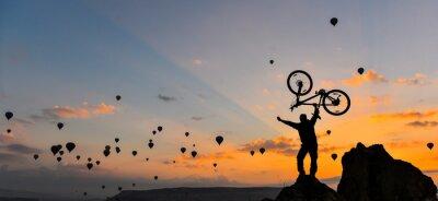 Póster sıradışı bisikletçi ve güç gösterisi