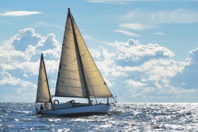 Póster Yate de vela en un día soleado en la Bahía de Riga