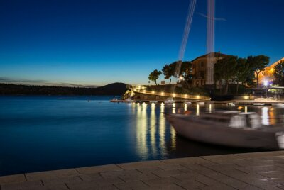 Yate en una bahía por la noche