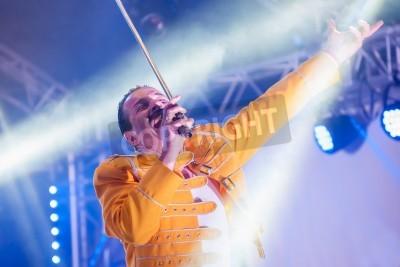 Póster Yateley, Reino Unido - 30 de junio 2012: Artista Profesional homenaje a Freddie Mercury Steve Littlewood realizar en el Festival GOTG en Yateley, Reino Unido