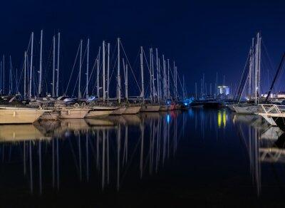Yates en el puerto deportivo en la noche