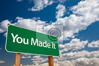 You Made It Green Road Sign con el cielo