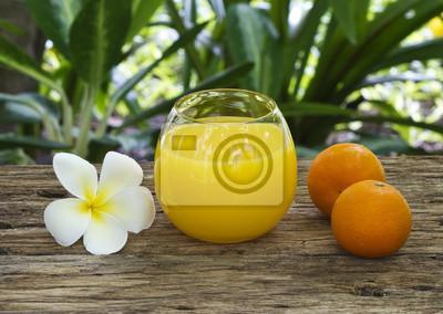 Zumo de naranja fresco y colorido en el spa del club sano