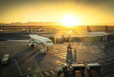 Vinilo Aeroplano en la puerta de la terminal en el aeropuerto internacional
